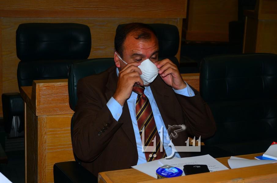 بالصور...النواب يضعون الكمامات على وجوههم احتجاجا على كارثة جنوب عمان