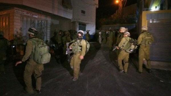 الاحتلال يعتقل 10 مواطنين من أنحاء متفرقة بالضفة الغربية
