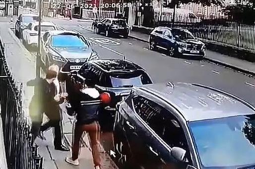 بالفيديو  ..  لصان يسرقان مسن بالقوة وسط شارع شهير في لندن