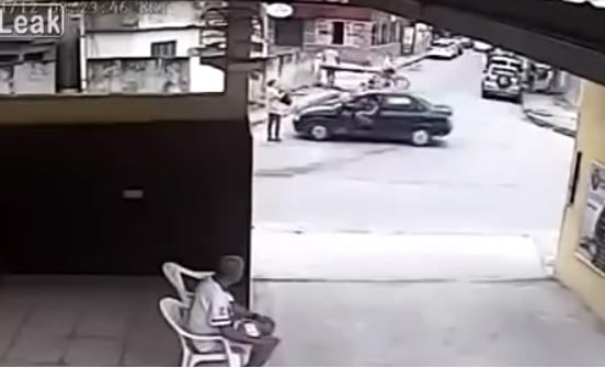 بالفيديو  ..  مشهد مرعب لاختطاف امرأة من وسط الشارع نهارا أمام أعين المارة