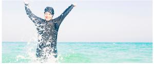 """""""ملابسها قد تلوث البحر"""".. رواد شاطئ بمصر يُجبرون محجبة على الخروج من المياه بسبب زيِّها!"""