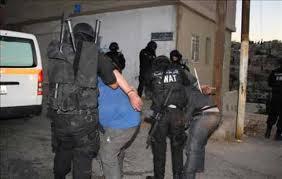 ضبط 4 من مروجي مخدرات بحوزتهم حشيش و(40) حبه مخدرة شرق عمان