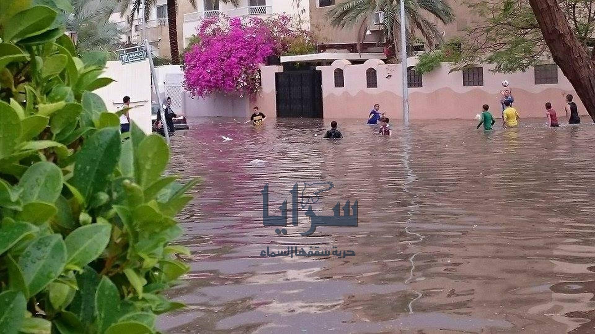 بالصور .. اهالي العقبة يسبحون بمياه السيول في الشوارع