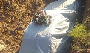 دفن سياسي أفريقي مع سيارته