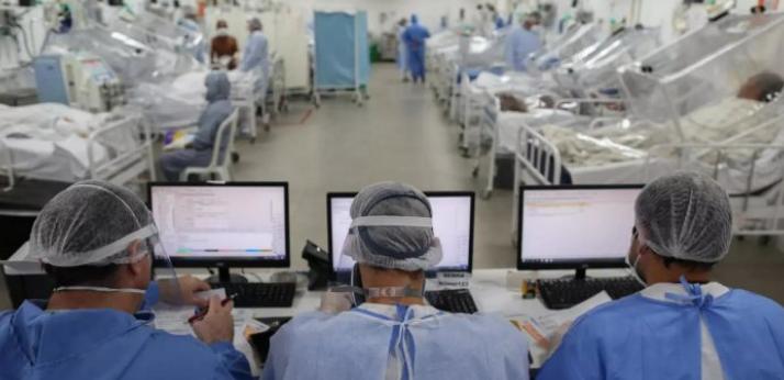 كبير أطباء البيت الأبيض يحذر من مئة ألف إصابة يومية بكورونا في أمريكا