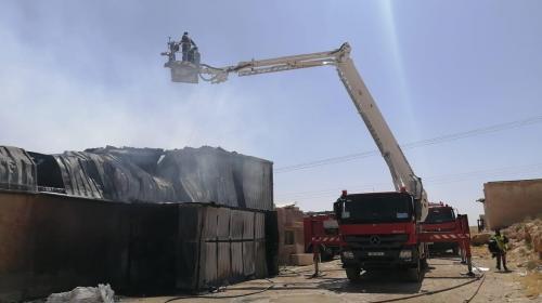 الدفاع المدني يخمد حريق مصنع بعمّان