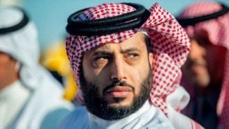 شاهدوا بالفيديو  ..  بعد رحلة علاج في أمريكا ..  تركي آل الشيخ يسجد فور وصوله إلى السعودية