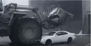 بالفيديو.. مدير تتحطم سيارته الفارهة أمام عينيه!