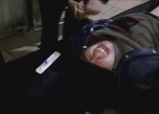 """فيديو مؤلم .. طفل لأمه بعد أن أصابته قوات الأسد: """"سامحيني"""""""