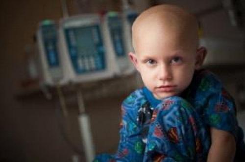 صورة موجعة أشعلت مواقع التواصل: طفل مريض بالسرطان تسنده أخته في المشفى