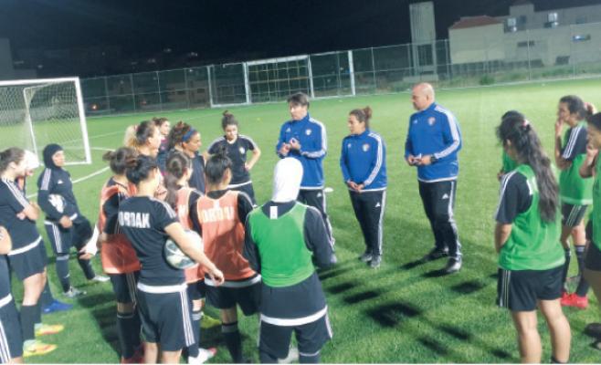منتخب الكرة النسوي يواجه ضيفه الجزائري وديا الليلة