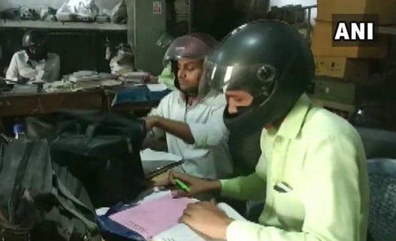 موظفون يرتدون الخوذ لسبب غريب!