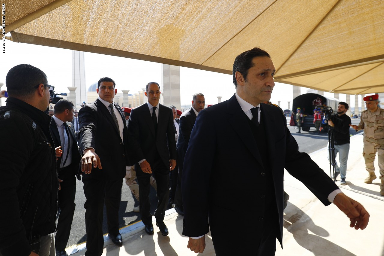 """شاهد  ..  علاء مبارك يُعلق على تغريدات """"مسخرة"""" لمسؤول خليجي عن السعودية بمقطع من مسرحية لعادل إمام"""