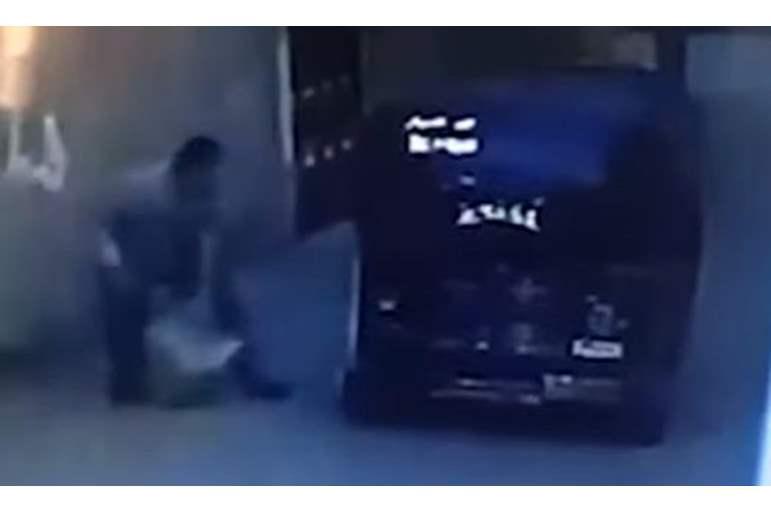 بالفيديو  ..  كاميرا مراقبة توثق لحظة مقتل مصري على يد جاره في الشارع بطريقة مروعة