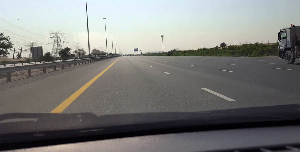 بالصور ..  مصرع طفلين وإصابة 4 آخرين بحادث سير في الإمارات