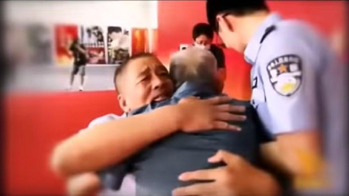 في مشهد مؤثر ..  صيني مخطوف يلتقي والده لأول مرة منذ 58 عاما ..  فيديو