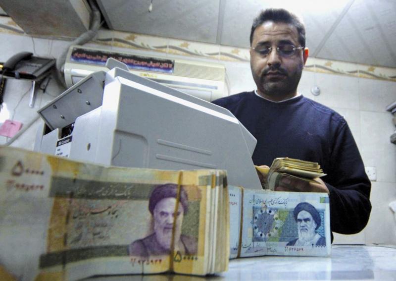 إيران: انهيار تاريخي للريال بـ 128 ألفا للدولار الواحد