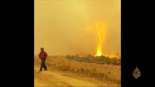 """بالفيديو ..  """"إعصار النار"""" يخطف خرطوم الإطفاء من رجال حاولوا إخماد النيران"""