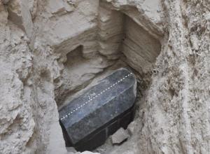 """يُعتقد أنه لـ الإسكندر الأكبر ..  تحذيرات عالمية لـ مصر :"""" اياكم وفتح التابوت الأسود اللعنة ستصيبكم""""  ..  صور"""