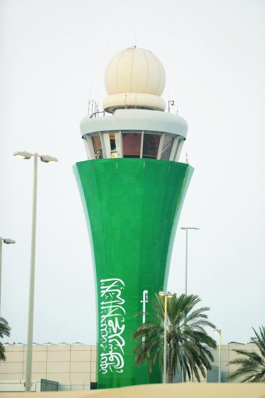 برج مراقبة مطار أبوظبي يتزين بالعلم السعودي