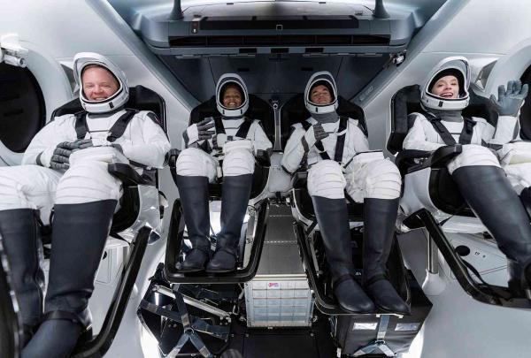 انطلاق أول رحلة فضائية بطاقم من المدنيين