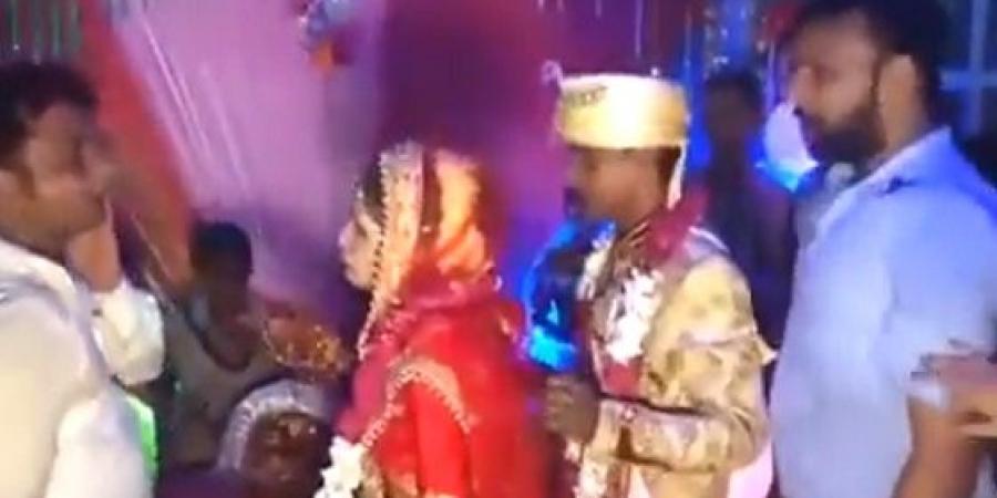 """بالفيديو  ..  عروس تصفع رجلا حملها في حفل زفافها لهذا السبب الغريب  ..  """"تفاصيل"""""""
