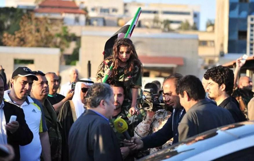 بالفيديو و الصور  ..  السوريون يخرجون للشوارع احتفالاً بتصدي الدفاعات الجوية للضربة الثلاثية