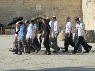 تكبيرات المصلين تجبر إسرائيليين على مغادرة الأقصى