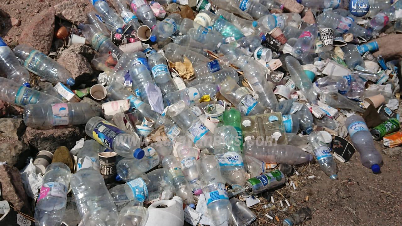 بالصور ..  كارثة بيئية  ..  مئات الآلاف من الإطارات و تراكم للقمامة الخطرة في العقبة