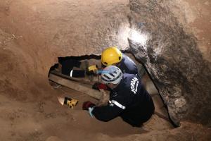"""الأمن: وفاة و إصابة بانهيار مغارة في """"أبو علندا""""  ..  صور"""