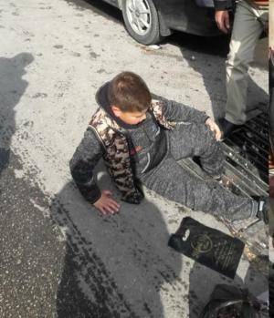 السلط :طفل علقت قدميه بأحد المناهل  ..  ومناشدات لصيانتها