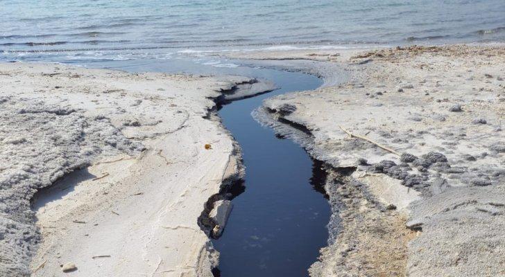 """وزارة المياه تكشف حقيقة """"المياه السوداء"""" في البحر الميت"""