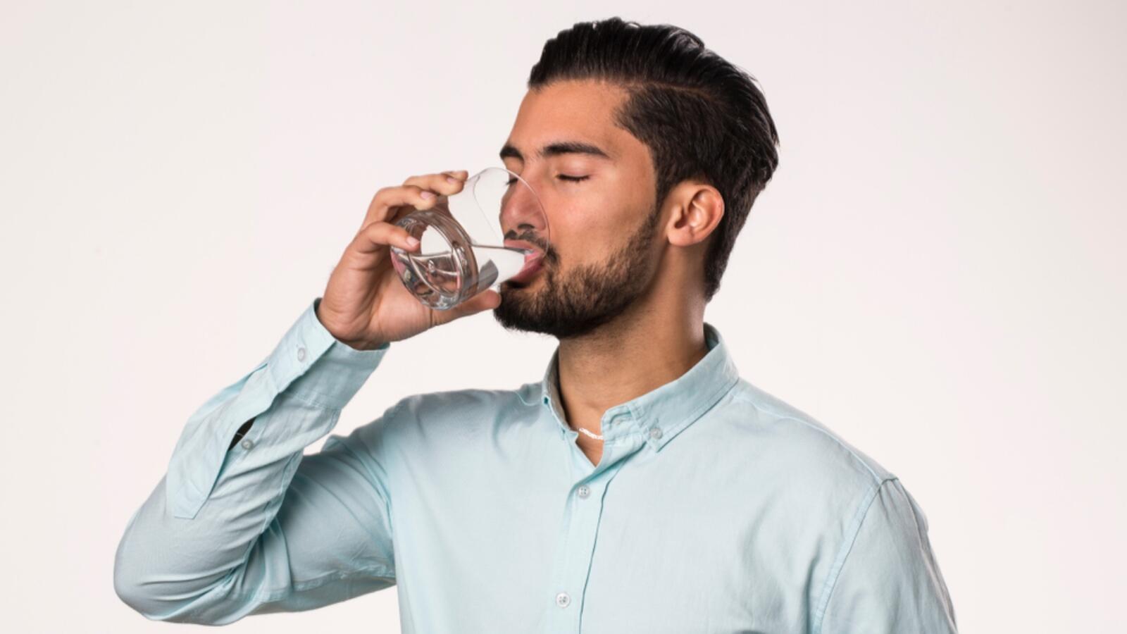 8 فوائد لشرب الماء على الريق