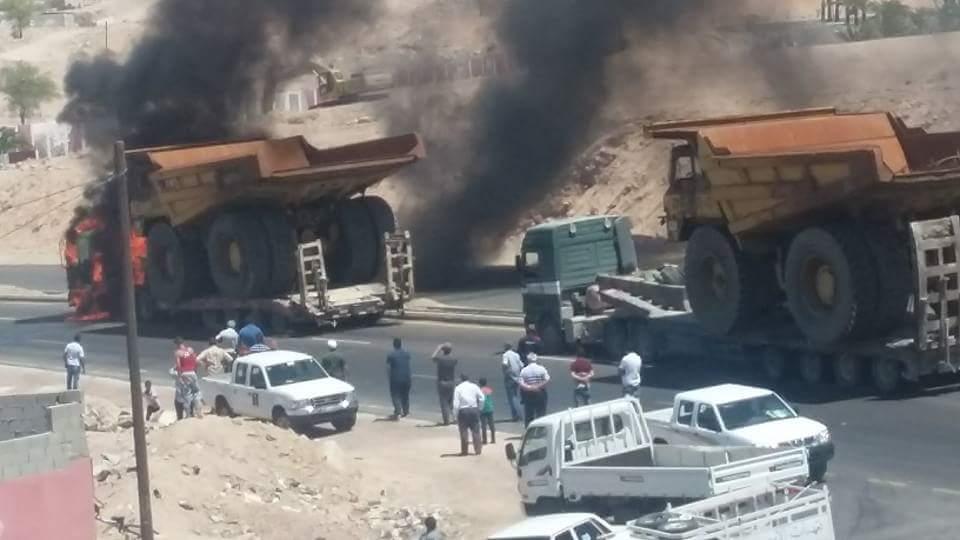 بالفيديو والصور.. حريق بشاحنة على طريق الشلالة في العقبة