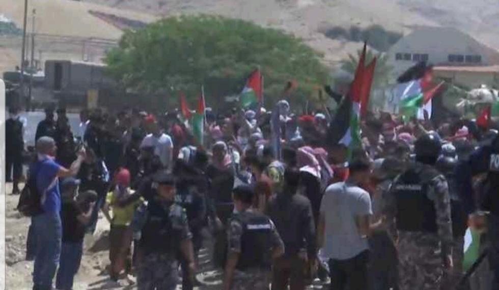 بالفيديو ..  قافلة من شباب السلط يصلون للحدود الأردنية الفلسطينية نصرة للقدس وغزة
