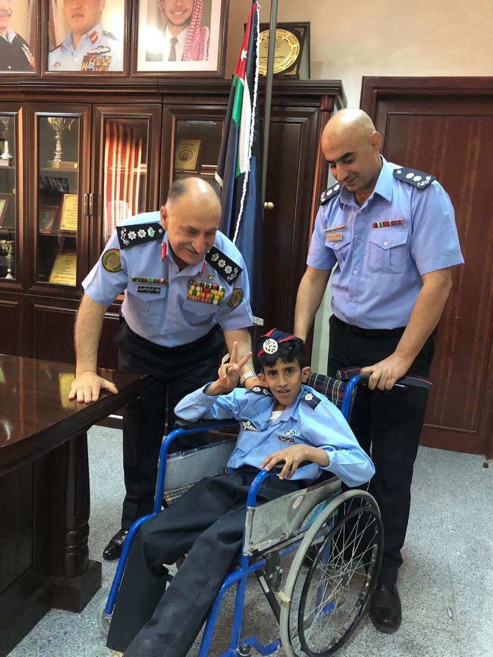 """بالصور  ..  الامن العام يحقق امنية الطفل """"ياسر الشباكي"""""""