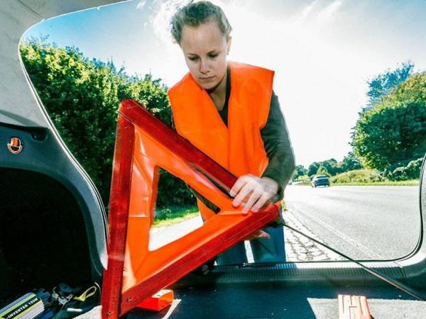 ما الخطوات التي يجب اتباعها عند تعطل السيارة بالطريق السريع؟