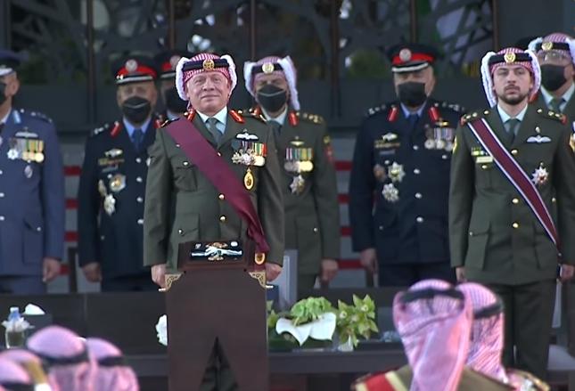 """بالفيديو ..  موقف طريف بين الملك ومدير المخابرات الأسبق بعد """"نسيانه"""" تأدية التحية العسكرية"""
