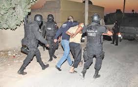الزرقاء:  القبض على مطلوب قتل شاب وأصاب ثلاثة من اخوانه