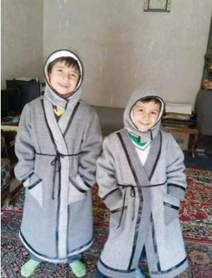 لاجئات في ''الزعتري'' يصنعن من البطانيات ألبسة ''دافئة'' لأبنائهن