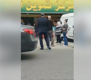 مواطن يلتقط فيديو خاص لوزير الصحه وهو يقف امام سوبر ماركت في البيادر  ..  شاهد