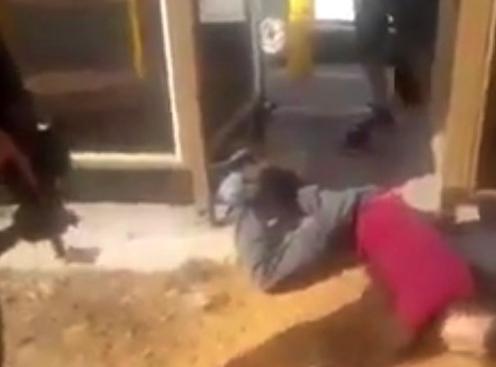 فيديو لطفل من الخليل ..  يحققون معه بدلا من إسعافه وهو يطلب الماء