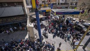 رجل يتنكر بمظهر امراة للحصول على البنزين في لبنان