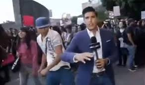 بالفيديو  ..  مراسلٌ يتلقّى أعنف ضربة على وجهه مباشرة على الهواء!