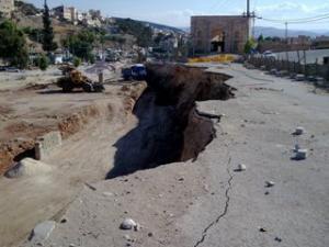 إربد : انهيار شارع جراء حفريات مشروع إسكاني