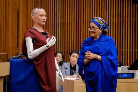 بالصور والفيديو ..  إنسان آلي، للمرة الأولى في جلسة للأمم المتحدة