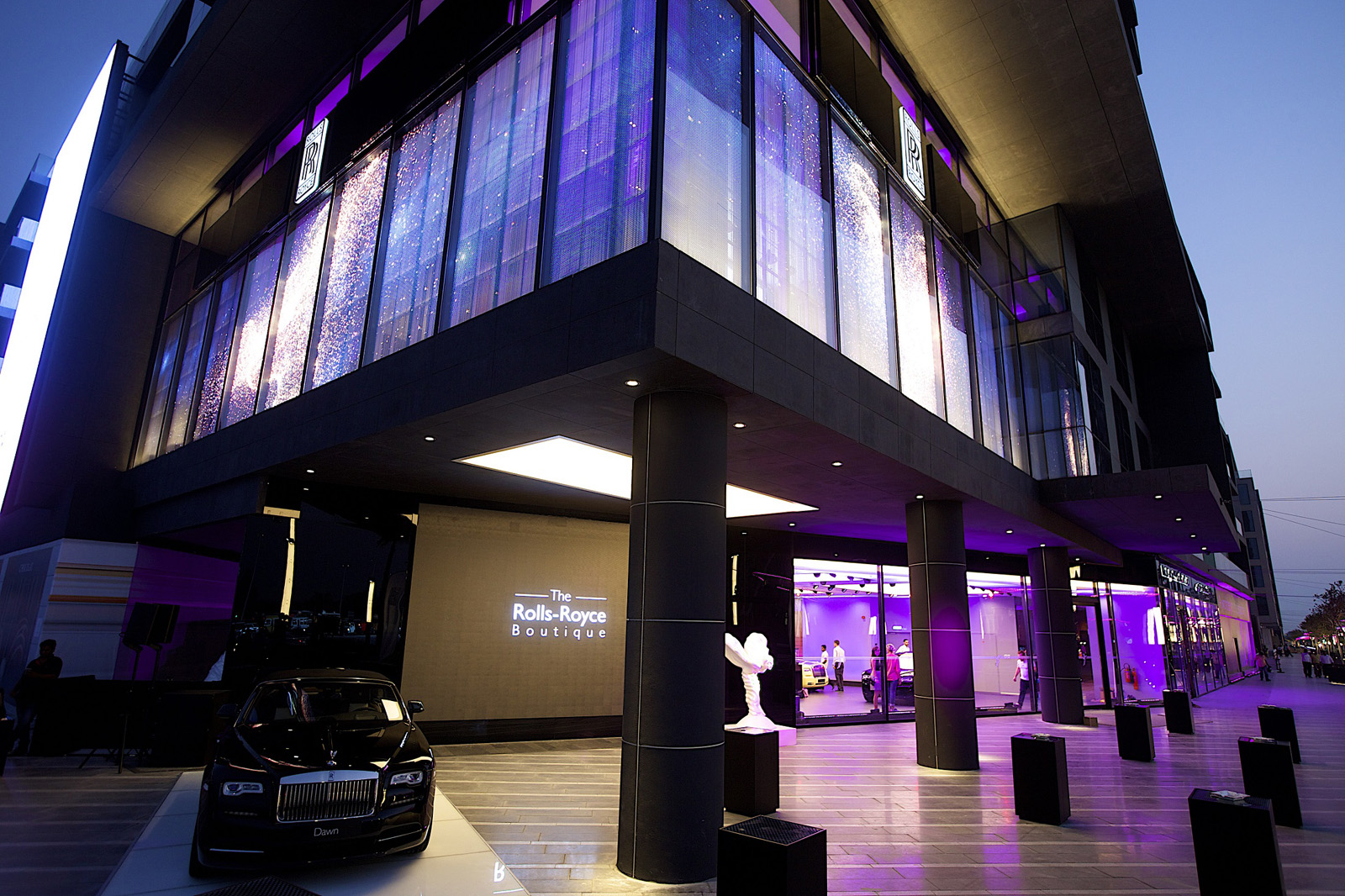 بالصور  ..  رولز رويس تفتتح نوعاً جديداً من المعارض في دبي Rolls Royce
