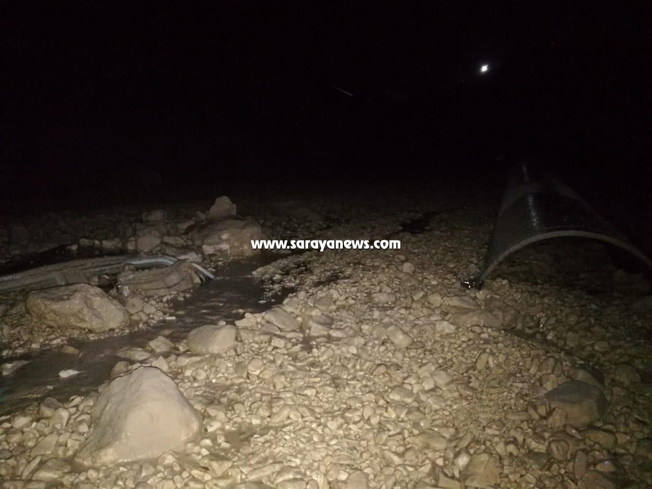 بالصور .. الأغوار الشمالية: مياه الأمطار تداهم مركبة وإصابة شخص