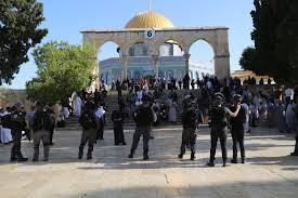 بالفيديو .. توتر في ساحات المسجد الأقصى بسبب محاولة الشرطة الاحتلال منع المصلين من أداء صلاة العيد