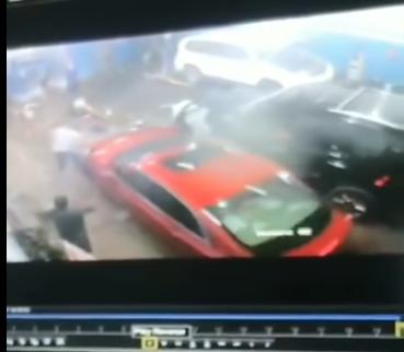 """""""بالفيديو"""" إمرأة تفقد السيطرة على سيارتها داخل ورشة الصيانة"""